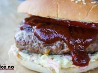 Fylt burger med BBQ-saus