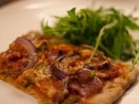 Hjemmelaget pizza med hvitløksmarinert biff og salchicha picante