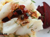 Sexy skrei på seng av potetstappe med rødbeter, chorizo og vårløk