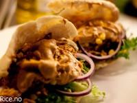 Kylling i pitabrød med tandoorisaus